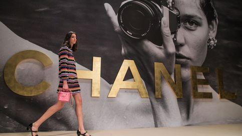 El desfile más noventero y juvenil de Chanel: a golpe de rejilla y crop tops