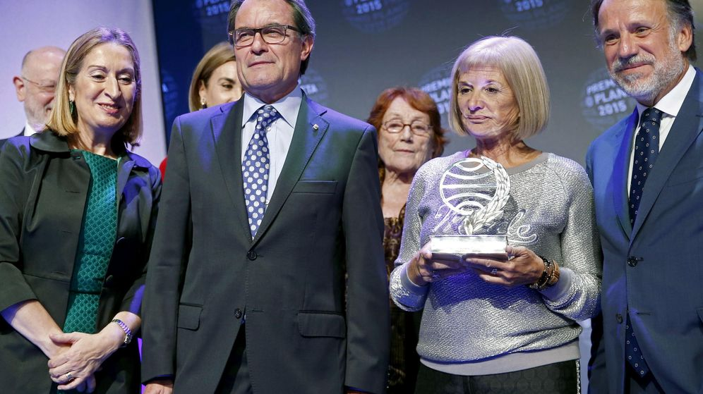 Foto: La escritora manchega Alicia Giménez-Bartlett posa con el Premio Planeta, por su novela Hombres desnudos, junto al presidente de la Generalitat, Artur Mas (2-i). (EFE)
