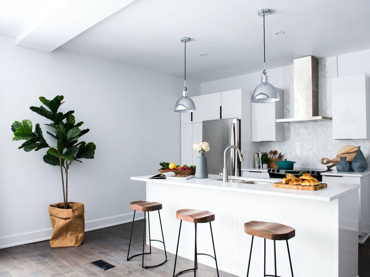 Foto: Trucos deco para que tu cocina pequeña se vea más amplia. (Christian Mackie para Unsplash)