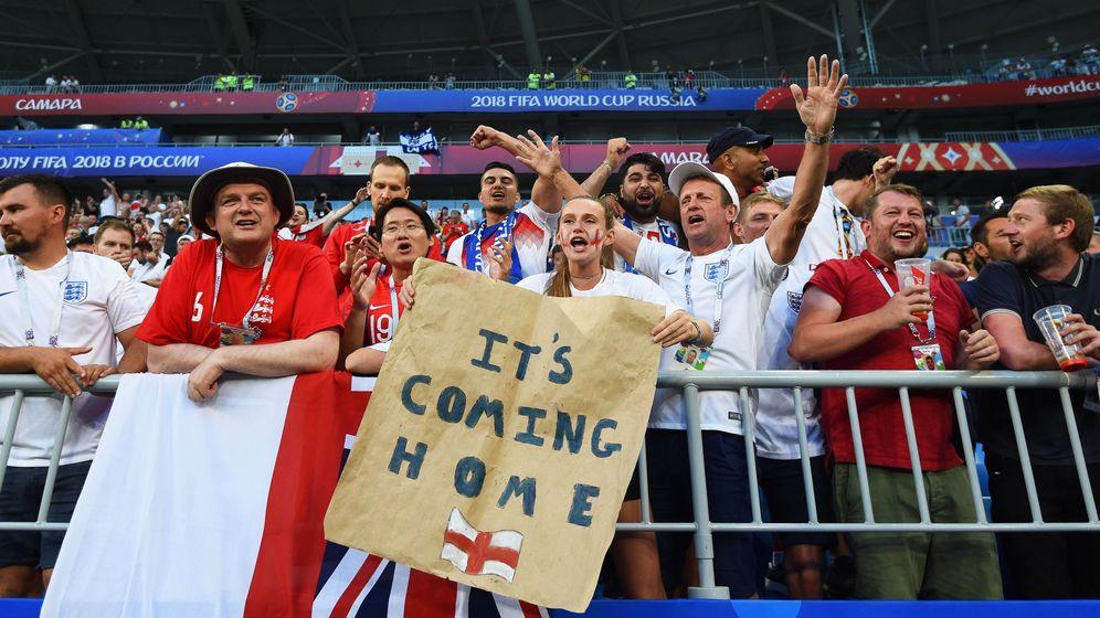 Foto: Seguidores ingleses en el partido de cuartos de final que ha enfrentado a las selecciones de Suecia e Inglaterra. (EFE)