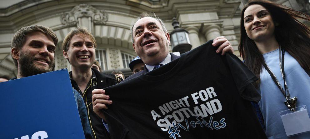 Foto: Alex Salmond posa junto a estrellas de pop locales en un acto a favor del sí en Edimburgo (Reuters).