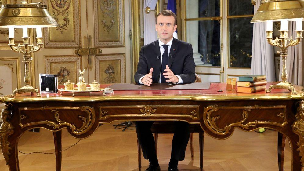 Foto: El presidente Emmanuel Macron, durante el discurso televisado a los franceses. (EFE)