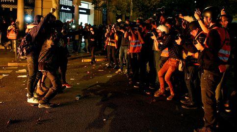 Manifestantes de los CDR lanzan latas e impiden un directo de una reportera