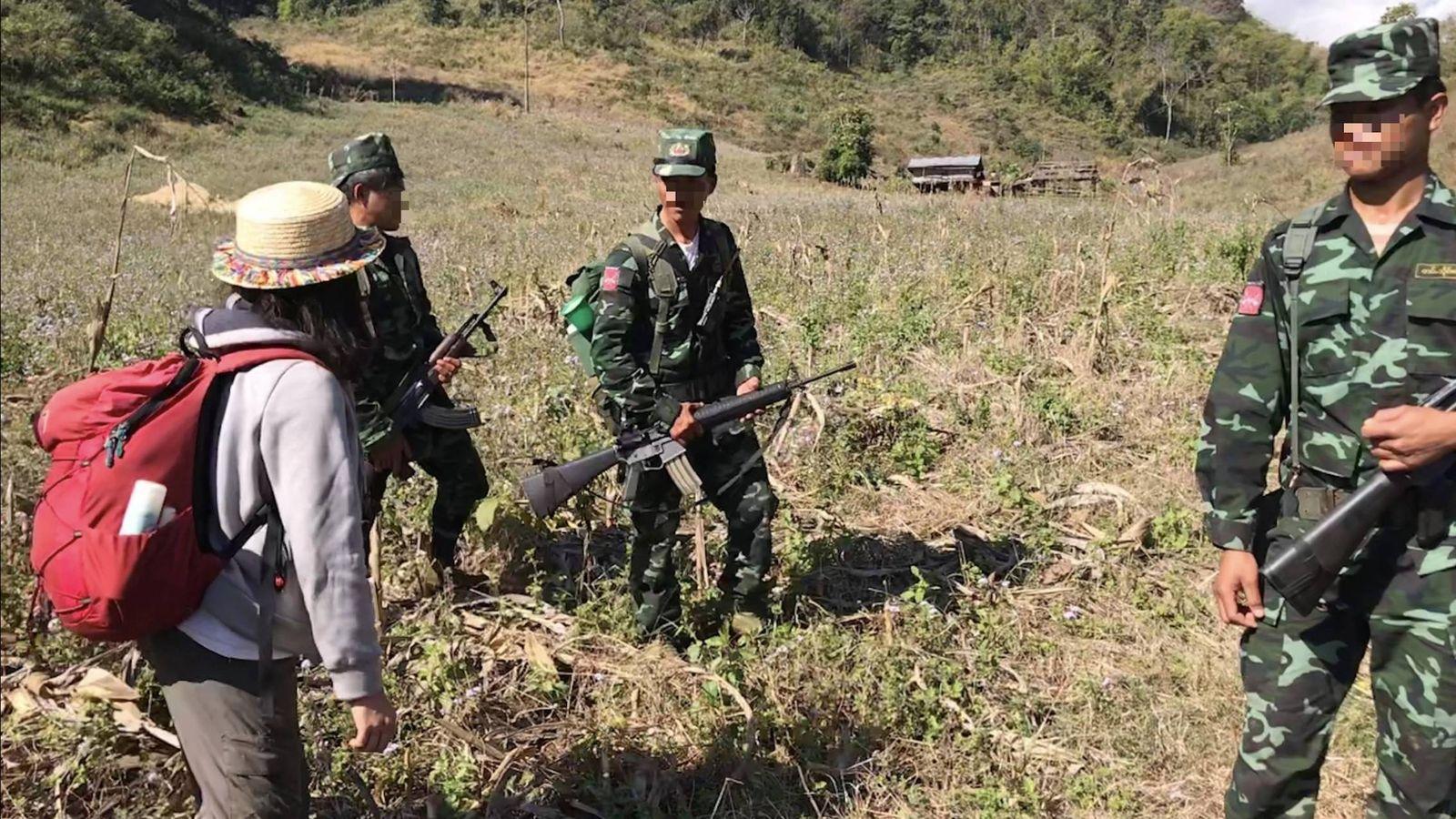 Foto: Una turista de Taiwán con varios guerrilleros del Ejército del Estado Shan (cedida por P. Song)