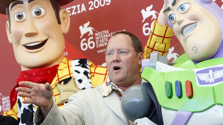 Lasseter junto a dos de sus iconos: Woody y Buzz Lightyear. (Gtres)