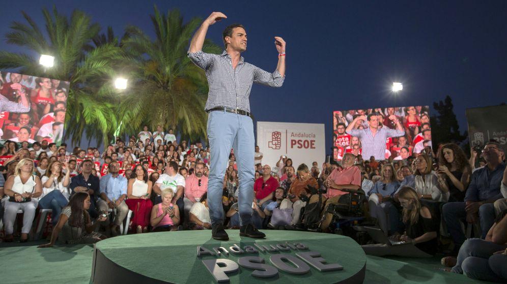 Foto: Pedro Sánchez, durante un acto electoral en Sevilla. (EFE Julio Muñoz)