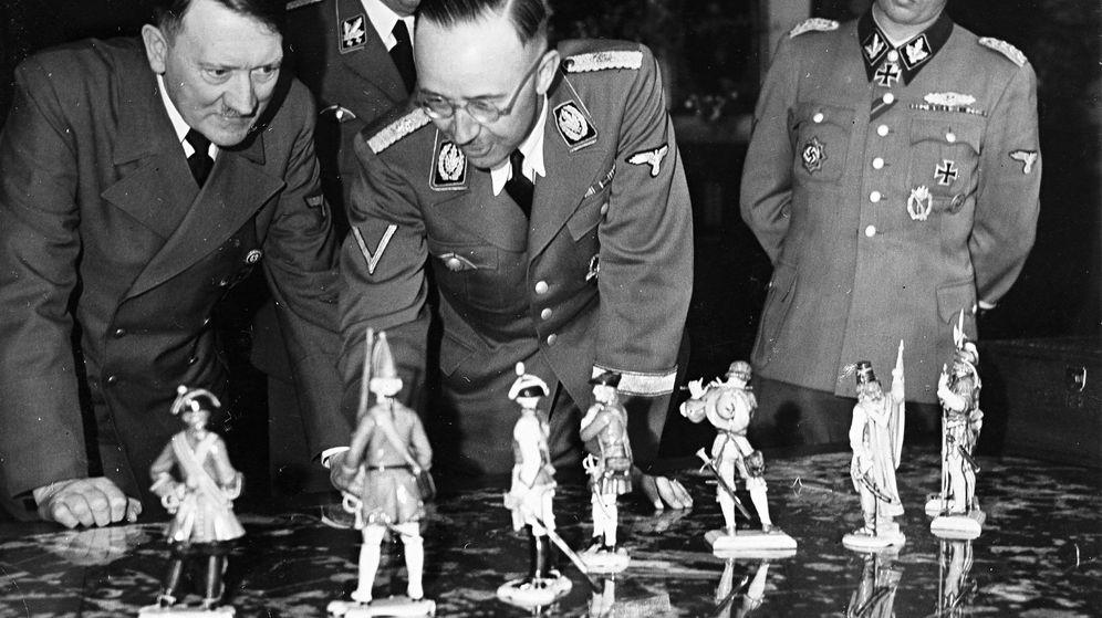 Foto: Hitler y Himmler observan figuras de porcelana de Allach en abril 1944.