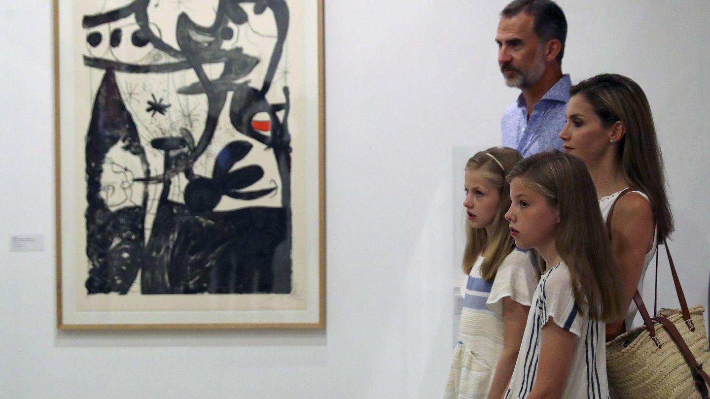 Los Reyes y sus hijas, durante su visita al museo modernista. (EFE)
