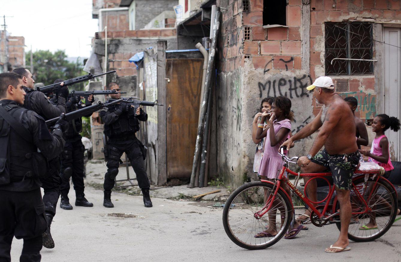 Foto: Agentes toman posiciones durante una operación en la favela de La Maré, en Río de Janeiro, en marzo de 2014 (Reuters).
