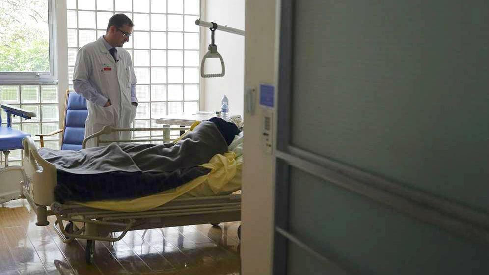 Foto: Un médico observa a uno de sus pacientes. (Reuters)