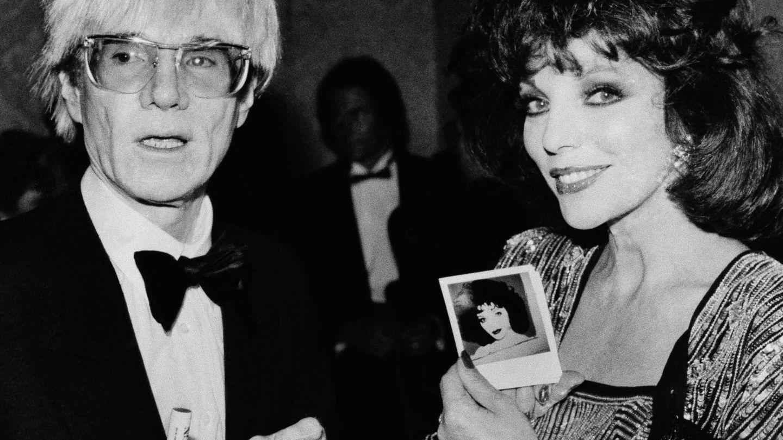 Andy Warhol con Joan Collins y sus famosas polaroids. (Gtres)
