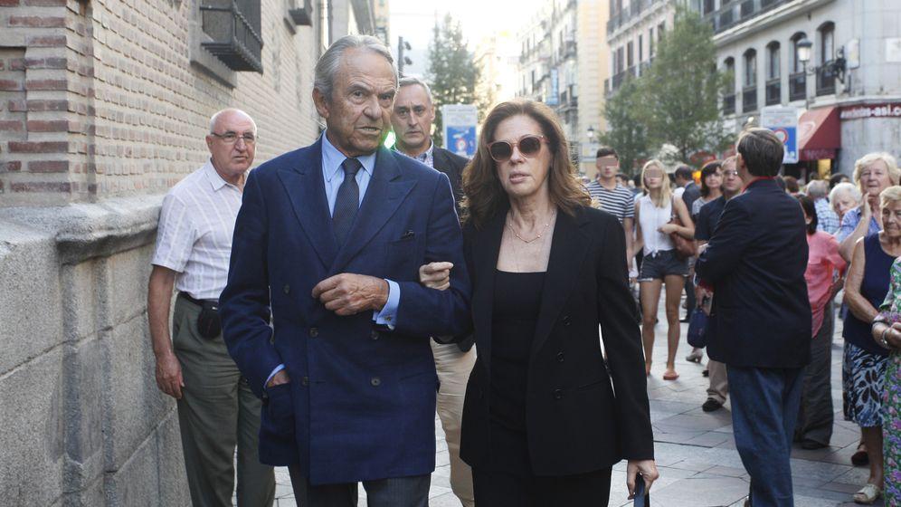 Foto: El financiero Jaime Botín (izq) a su llegada al funeral de Isidoro Álvarez el pasado verano en Madrid (E.Villarino)