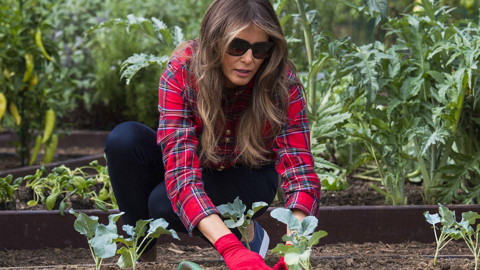 Foto: Melania Trump con su look de agricultora en la Casa Blanca. (Gtres)