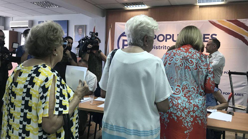 Foto: Afiliadas del PP de Madrid votan en el distrito de Salamanca, el principal bastión de los populares. (EC)