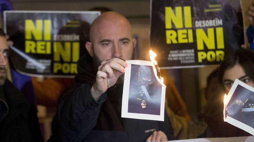 Foto: Concentración de solidaridad con los investigados por quemar fotos del Rey. (EFE)