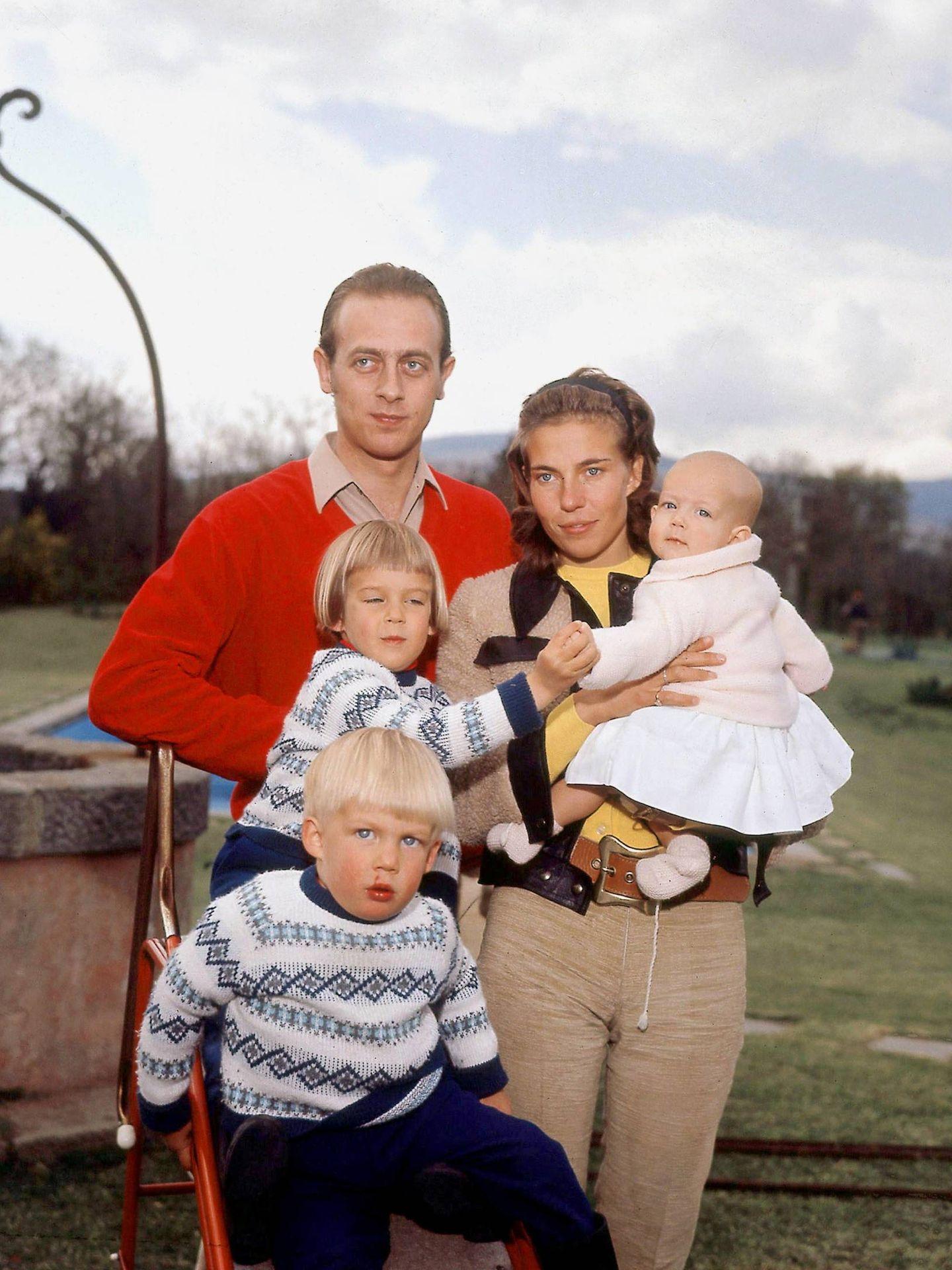 Amadeo y Claudia, con sus tres hijos. (Getty)