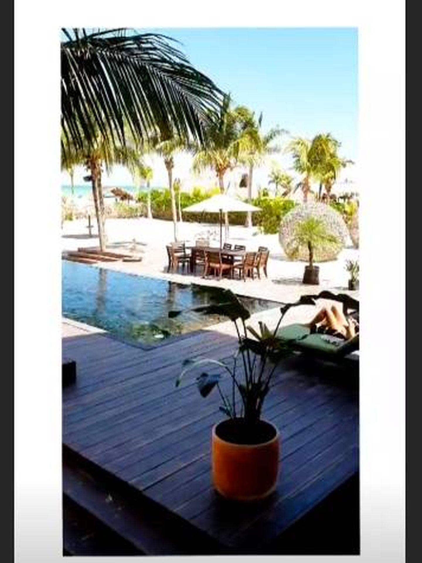 Las vistas a la piscina que la actriz tiene desde su habitación del hotel. (Instagram)