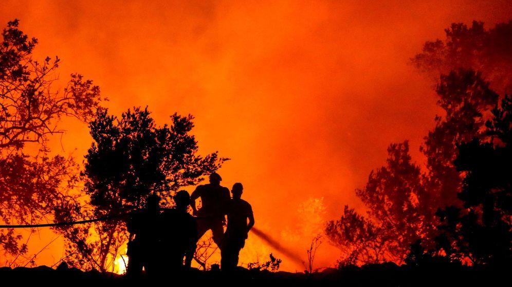 Foto: Bomberos continúan los trabajos para extinguir el fuego el 8 de agosto en Corgos, Portugal (EFE)