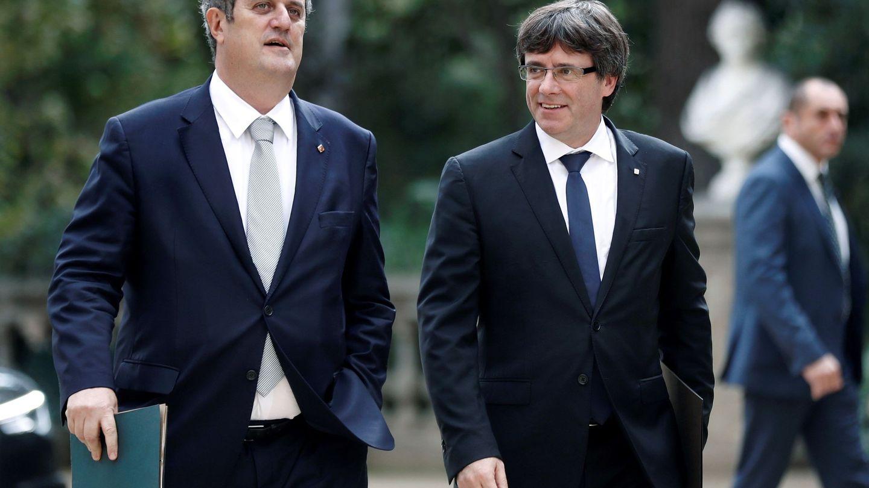 Carles Puigdemont, junto al 'conseller' de Interior, Joquim Forn. (EFE)
