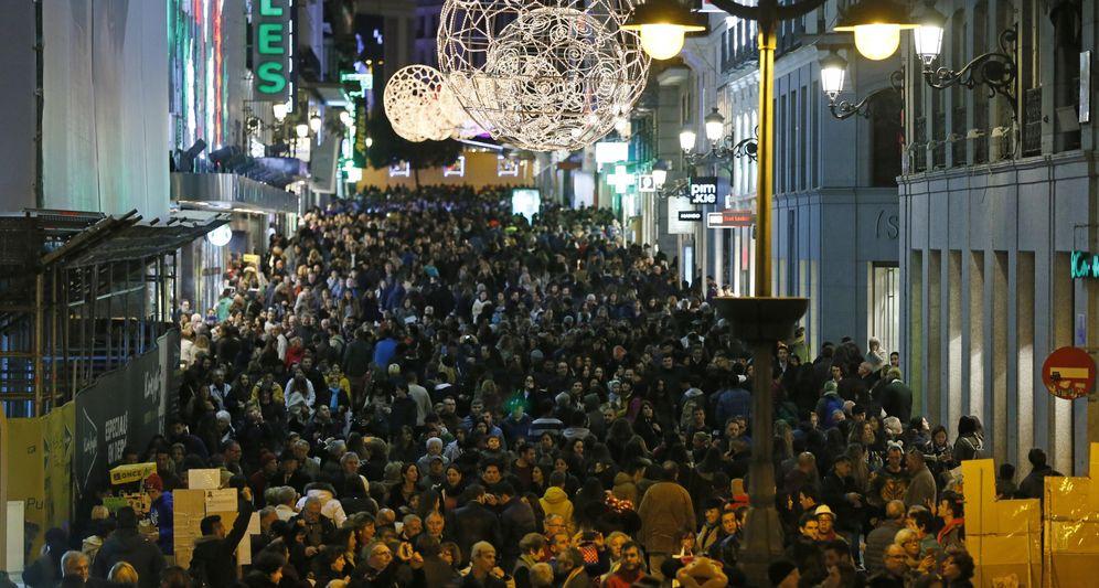 Foto: Miles de personas pasean por la calle Preciados de Madrid. (EFE)