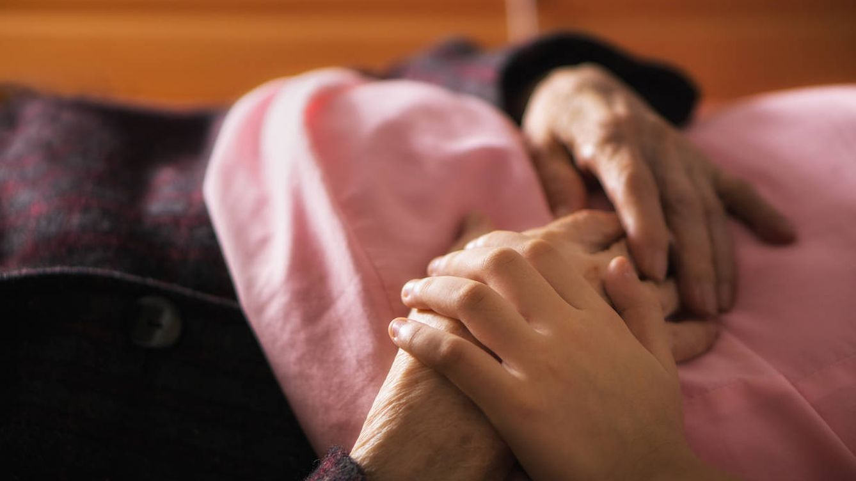 Tengo un familiar con cáncer, ¿cómo puedo ayudarle para evitar que sufra?