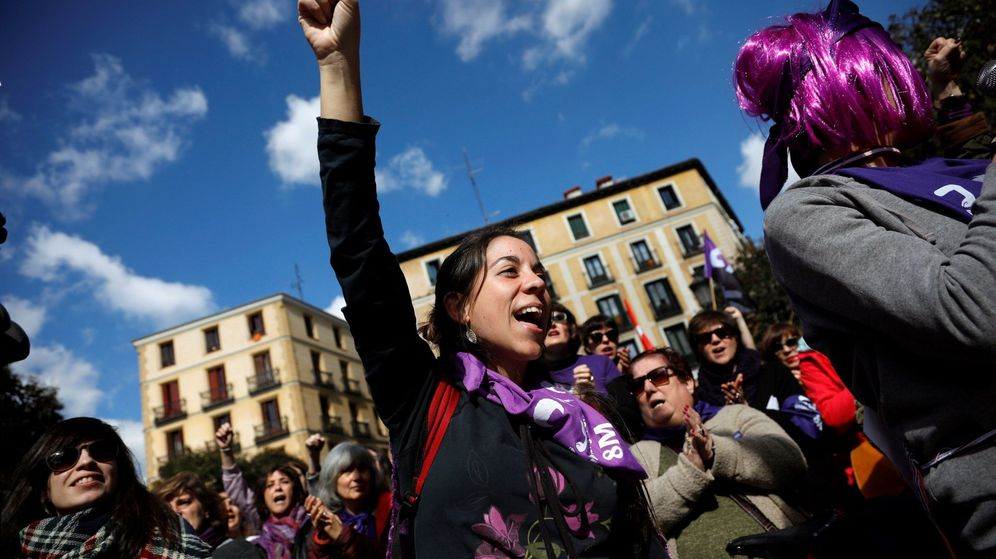 Foto: Un grupo de mujeres lee el manifiesto de la Comisión 8M en la plaza de Lavapiés de Madrid durante el Día Internacional de la Mujer. (EFE)