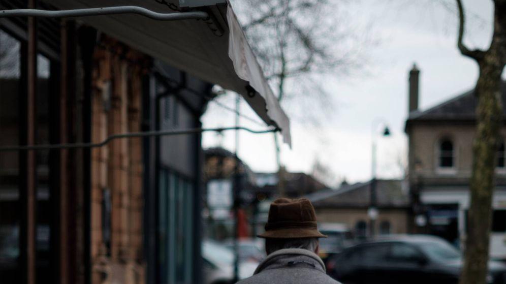 Foto: Foto de archivo de un anciano paseando en una calle. (Unsplash)