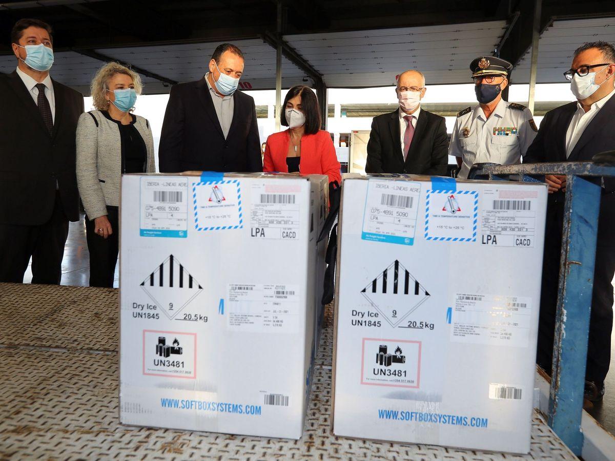 Foto: La ministra de Sanidad, Carolina Darias, asiste a la llegada de nuevas dosis de la vacuna hoy en Gran Canaria. (EFE)