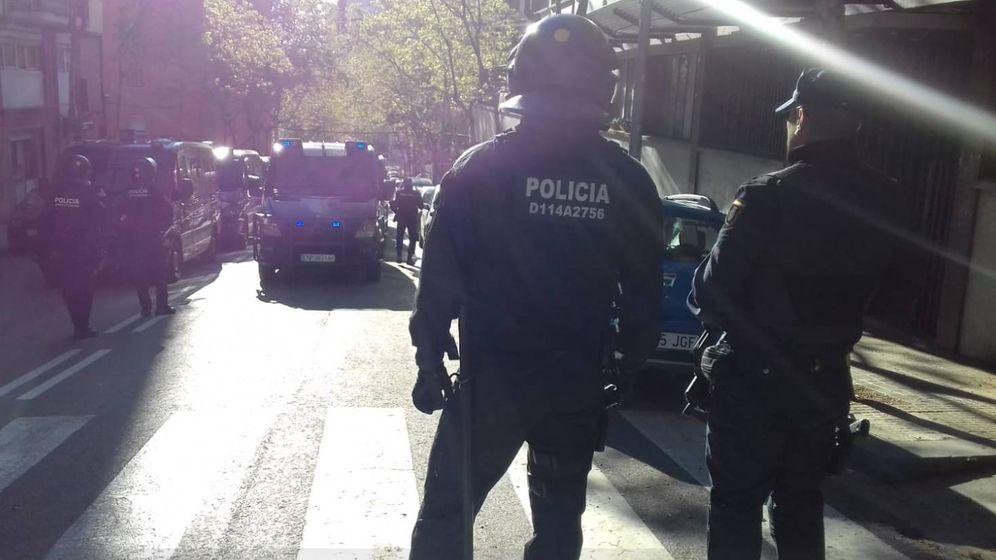 Foto: Policía Nacional frente al instituto Menéndez Pidal, en Barcelona (Mossos)