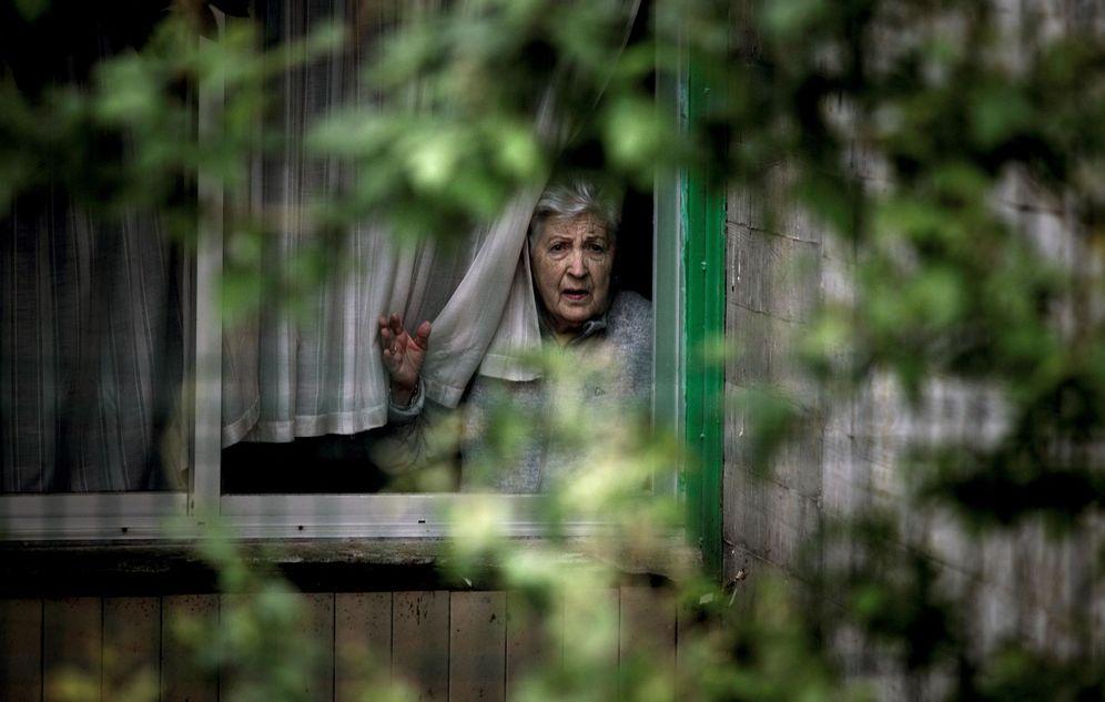 Foto: Una mujer en una residencia de mayores este sábado. (EFE)