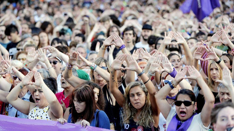 Foto: Concentración en protesta por la agresión sexual grupal a la joven de 18 años en Bilbao. (EFE)