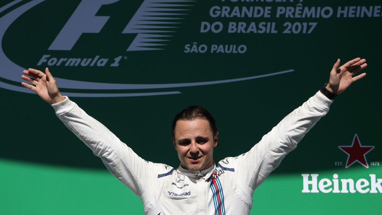 Felipe Massa, séptimo en Brasil, subió al podio para darse un baño de masas en la despedida de su público. (Reuters)