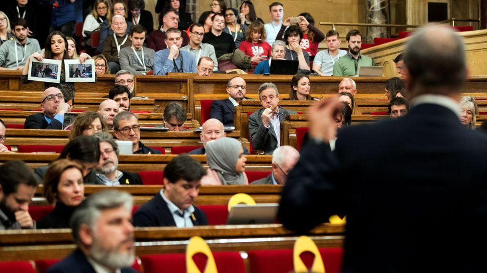 Foto: La diputada de la CUP, María Sirvent (i), interpela al 'conseller' de Interior, Miquel Buch (d). (EFE)