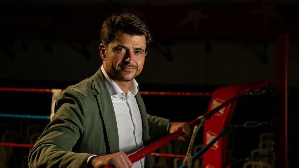 Foto:  El candidato a la alcaldía de Sevilla por el partido popular Beltrán Pérez posando en el Club de Boxeo Sevillano. (Fernando Ruso)