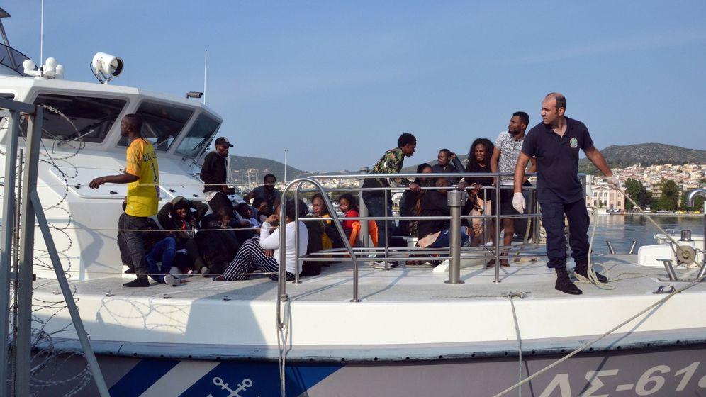 Foto: Foto de archivo de una embarcación de la Guarda Costera Helénica que transportaba a varios refugiados llega al puerto de Mitilene (Grecia). (EFE)