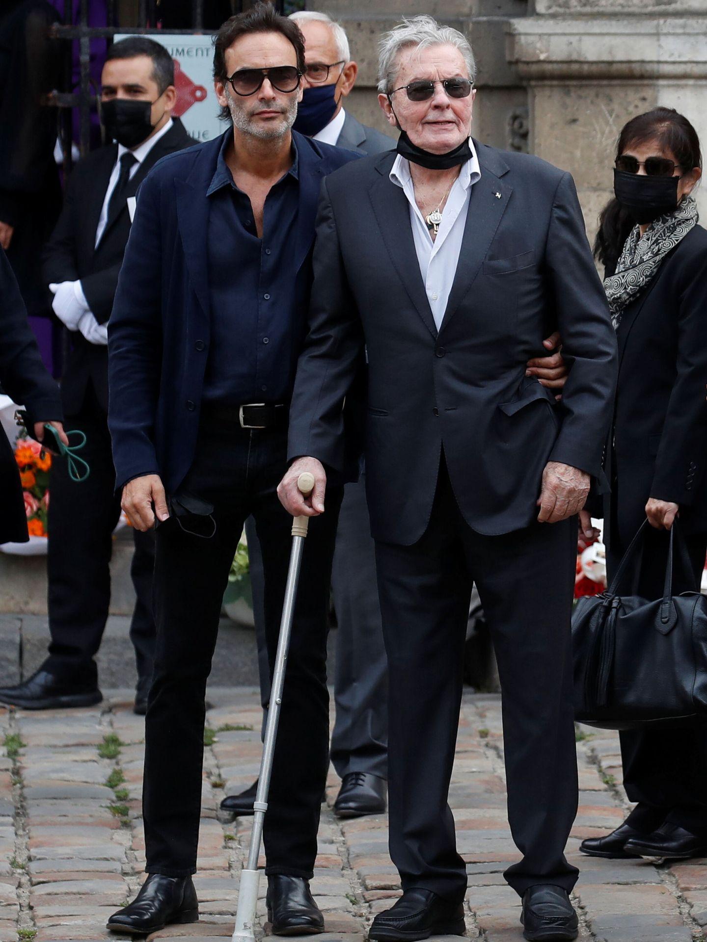 Delon, padre e hijo, en el funeral de Belmondo en la iglesia de Saint-Germain-des-Prés. (Reuters)