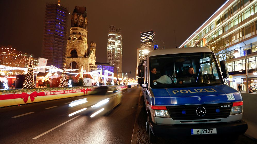 Foto: Un coche de policía custodia una carretera cerca de un Mercado de Navidad en Berlín, el 17 de diciembre de 2018. (Reuters)