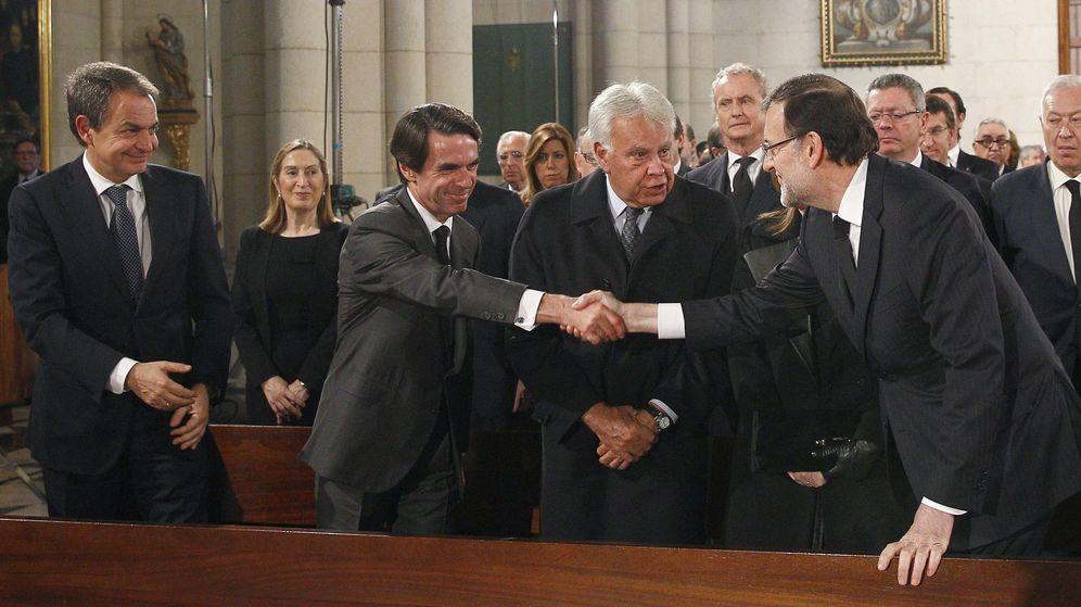 Foto: Mariano Rajoy saluda a los expresidentes del Gobierno José María Aznar, José Luis Rodríguez Zapatero y Felipe González, durante el funeral de Estado por Adolfo Suárez. (EFE)