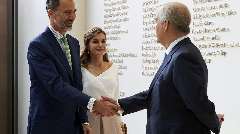 Foto: Los Reyes de España saludan al príncipe Andrés en una visita oficial a Reino Unido. (EFE)