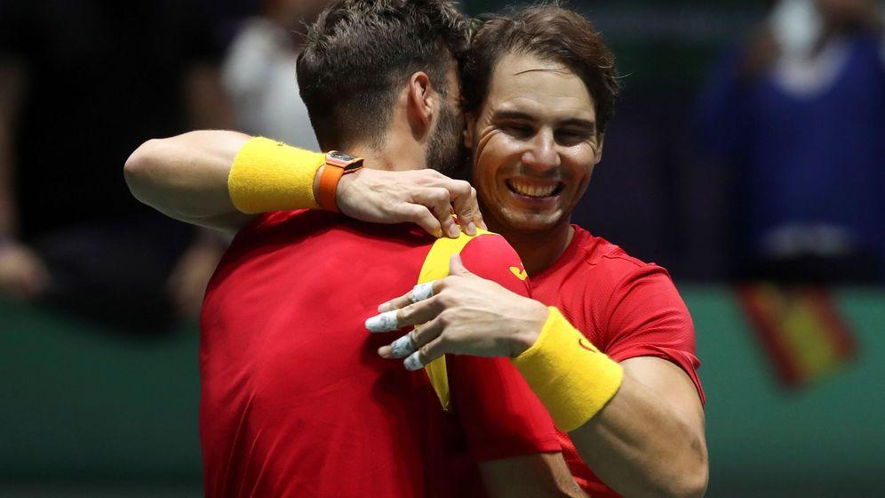 Foto: Rafa Nadal abraza a Marcel Granollers tras la victoria en el dobles. (EFE)