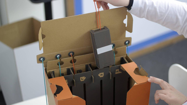 La mochila para manejar el robot de Nintendo Labo funciona con una serie de cajas con pesos y cuerdas. (M.Mcloughlin)