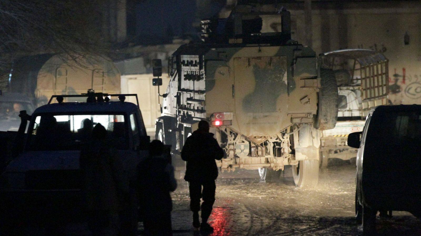 Foto: Un vehículo militar turco conduce en la localidad de Al Rai, al norte de la provincia de Alepo, el 27 de diciembre de 2016 (Reuters)