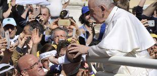 Post de El vídeo viral en el que el Papa evita que varios fieles le besen el anillo