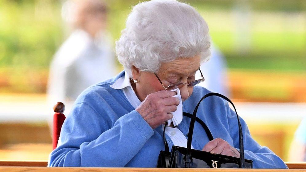 Foto: La reina Isabel II, con su legendario bolso. (EFE)