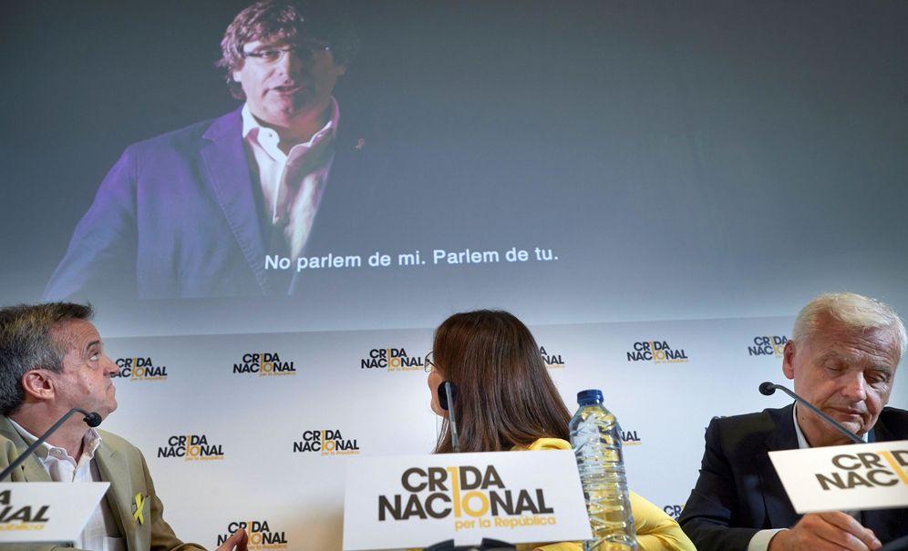 Foto: Los portavoces de la Crida Nacional per la República, Gemma Geix (c), Ferran Mascarell (d) y Antoni Morral. (EFE)