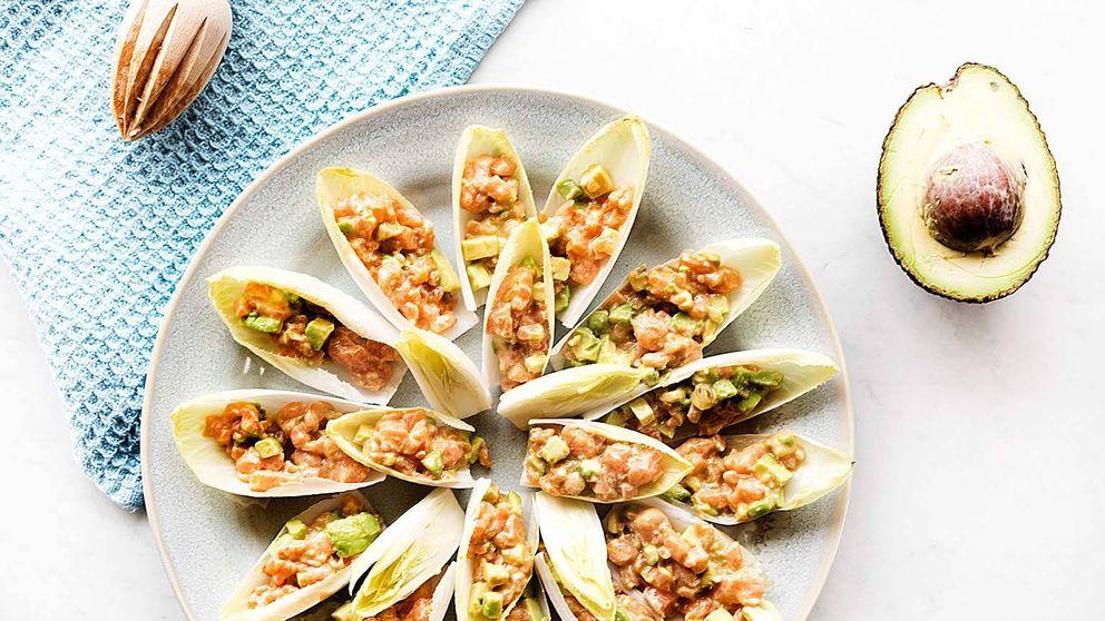 Receta de endivias con tartar de salmón y aguacate, un aperitivo fresco y saludable