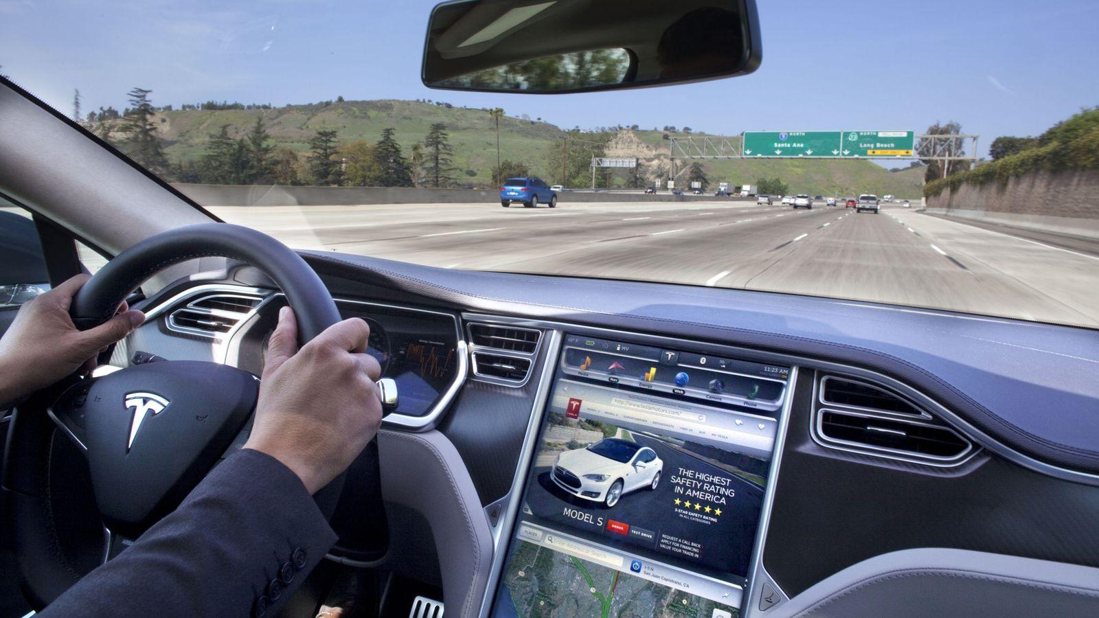 Foto:  Un vehículo Tesla con su pantalla táctil, como la que ya incluyen muchos otros fabricantes.