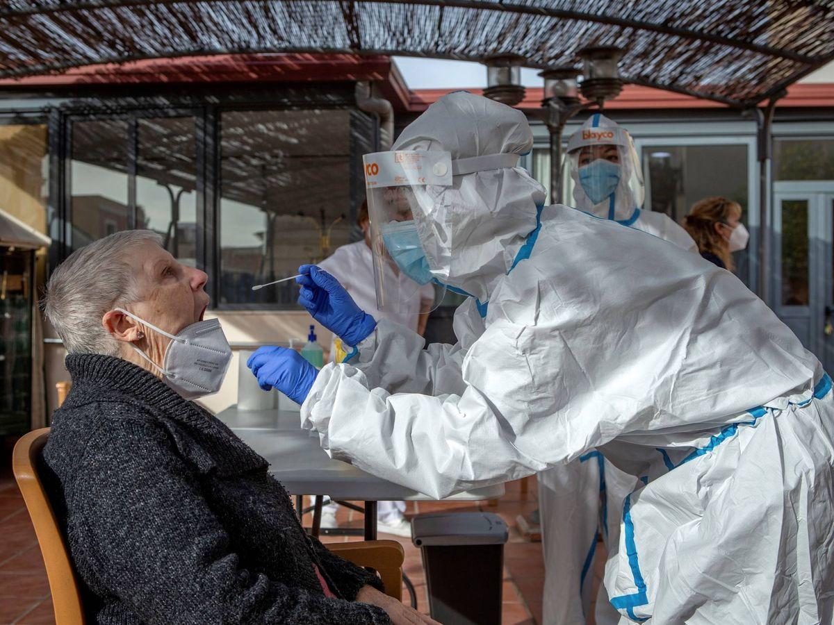 Foto: Los geriátricos catalanes harán test covid a los mayores antes y después de Navidad. (EFE)
