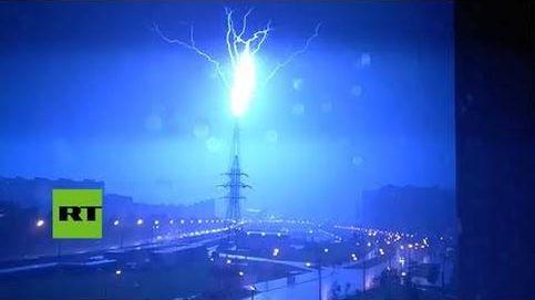 Así se ve cómo un rayo golpea uno de los rascacielos más altos de Rusia
