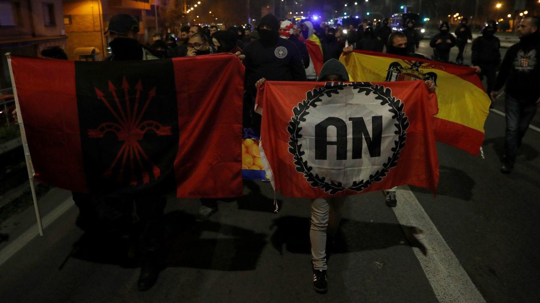 Manifestantes con simbología ultraderechista se marchan tras la intervención de los Mossos d'Esquadra que han impedido el enfrentamiento con un grupo de manifestantes independentistas. (EFE)